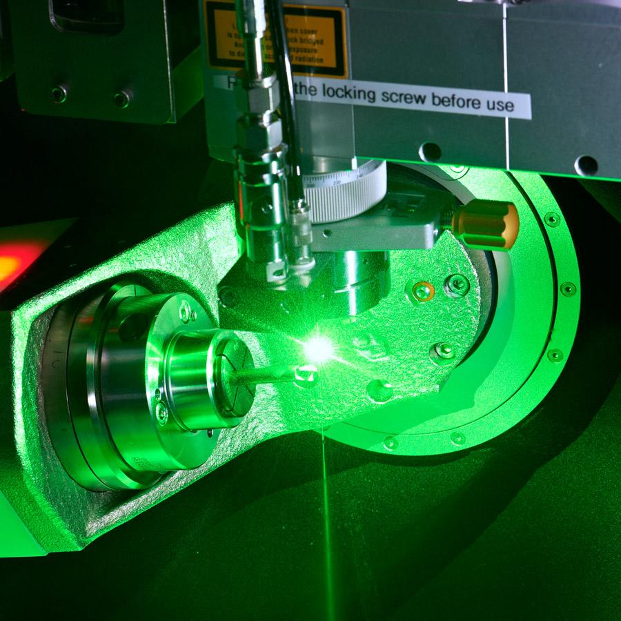 Laserbearbeitung einer keramisch beschichteten Turbinenschaufel  auf einem Zweiachs-RundteiltischAnwendung Laserbearbeitung